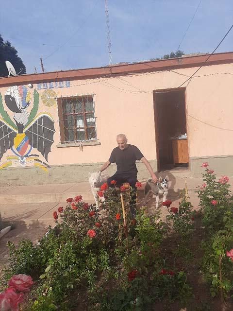 Foto: Der Padre vor dem Rosengarten. Links der Husky Tobias und rechts Husky Bonny