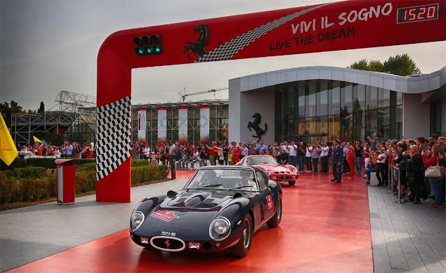Black Ferrari 250 GTO stars from the Ferrari plant, People in the background, plant, Start und Ziel