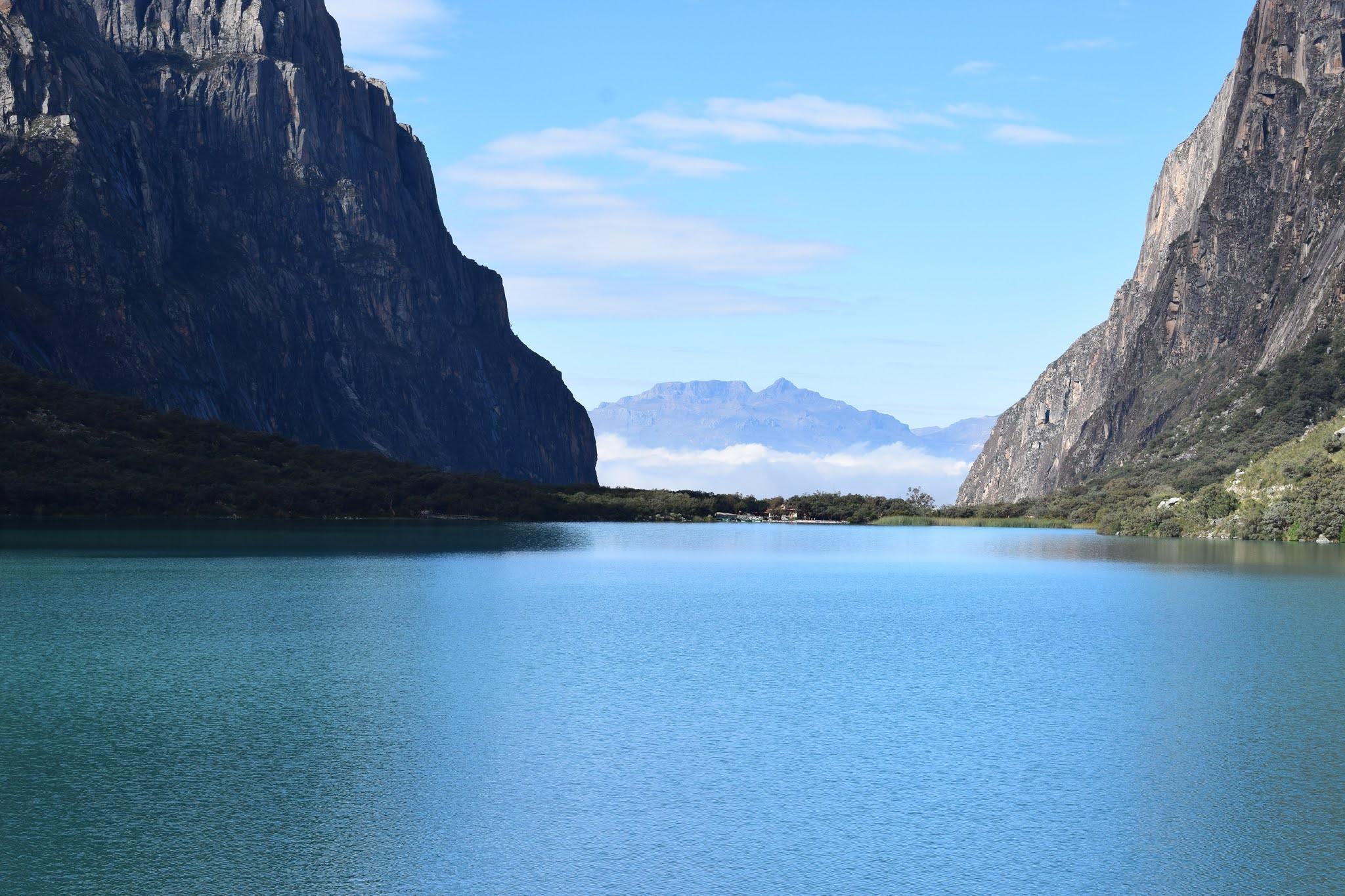 lagoa azul escuro com duas montanhas ao fundo
