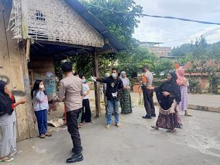 Sambil Sambang Desa, Kapolsek Alla Dan Bhabinkamtibmas Desa Langsung Bagikan Masker