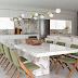 Cozinha com mesa de mármore e decor branco com detalhes verde e dourado!