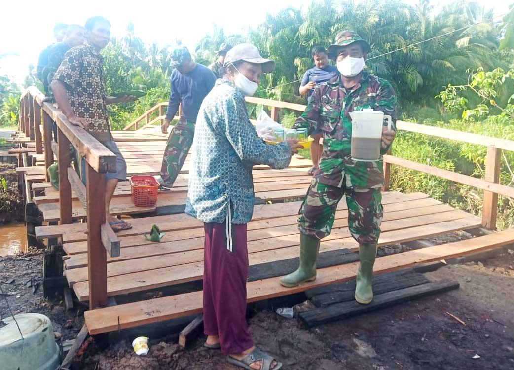 TNI Berbaur bersama warga