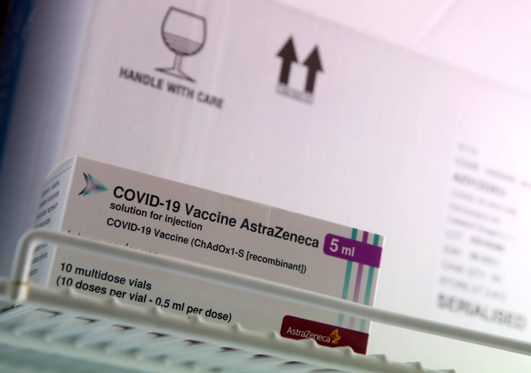 """Oxford asegura que hay pruebas """"muy concluyentes"""" de que su vacuna no provoca coágulos en la sangre"""