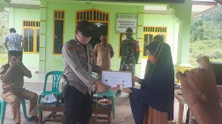 Bhabinkamtibmas Polsek Curio Polres Enrekang,Amankan Jalannya Penyaluran BLT DD Wilayah Binannya
