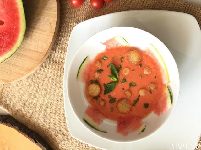 gazpacho-de-sandía-emplatado-con-pan-tostado-pimiento-verde-y-menta