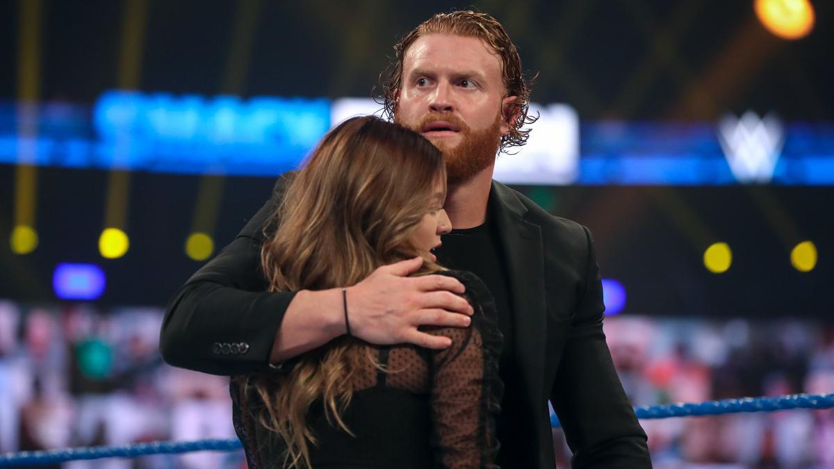 Aalyah Mysterio recebendo grandes elogios nos bastidores da WWE