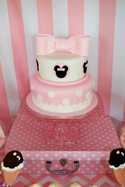 giant pink minnie mouse ribbon cake