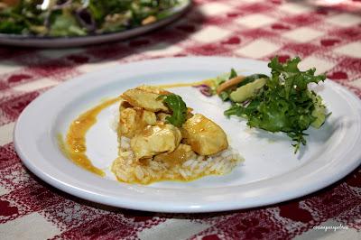 Pavo con leche de coco y curry, acompañado de arroz basmati