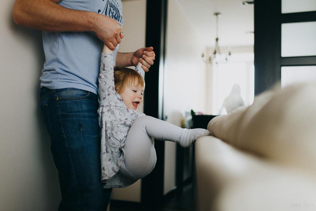 Sirsnīga ģimenes fotosesija mājās