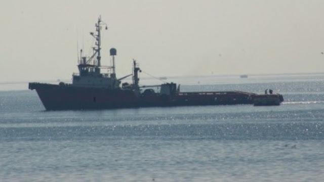 Σύγκρουση εμπορικού και πολεμικού πλοίου έξω από το λιμάνι του Πειραιά - Δύο τραυματίες