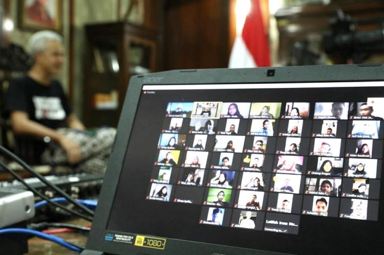 """Usir Jenuh, 35 Siswa Se-Jateng """"Nge-Zoom"""" Bareng Gubernur"""