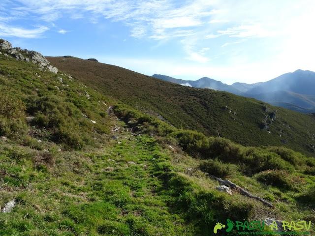 Dolmen de Merillés: Camino hacia Espinaredo desde El Dolmen