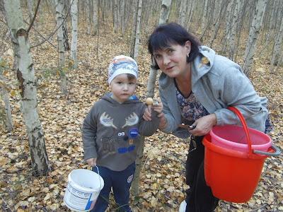 С внуком Егором в лесу