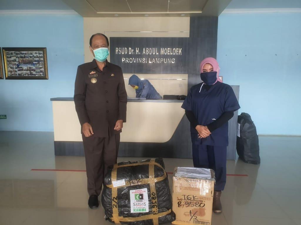 dr. Zam Zanariah,Sp.S.M.Kes Ketua Forhati Periodik Wilayah Lampung mewakili KAHMI Pusat Memberikan Bantuan APD untuk Tim Medis RSUD Abdoel Muluk