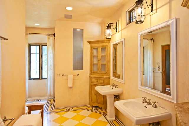 Yellow bathroom in the Mel Gibson's house