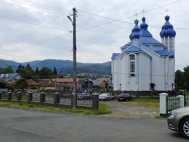 Свалява: церковь и вид на горы
