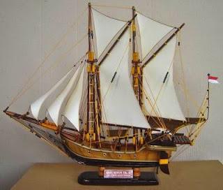 Miniatur Perahu Pinisi Kerajinan Bugis-Makassar