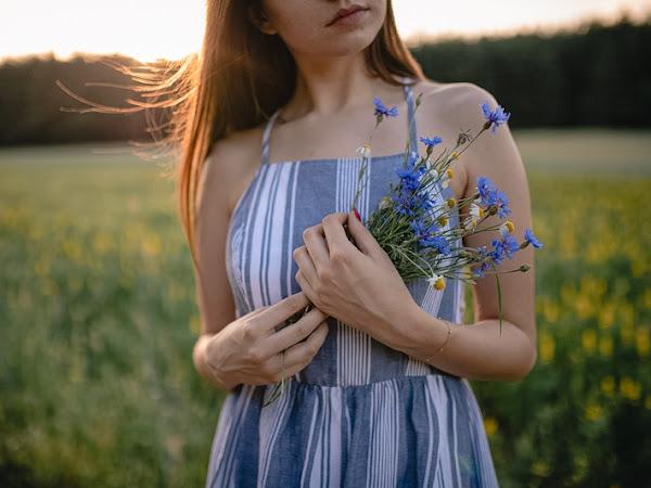 329. Stylizacja: niebieska sukienka z guzikami, sielskie klimaty
