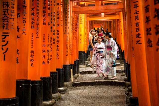 Fushimi Inari-Taisha ... visitantes de toda ralea :: Canon EOS5D MkIII | ISO1600 | Canon 24-105@50mm | f/4.0 | 1/15s