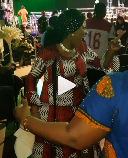 BUSTED: See what Nigerian artiste, Mercy Chinwo [@MMercyChinwo] was caught doing in an event [Video]