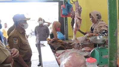 Bupati dan Ketua TP PKK Sergai Belanja di Pasar Rakyat Sei Rampah