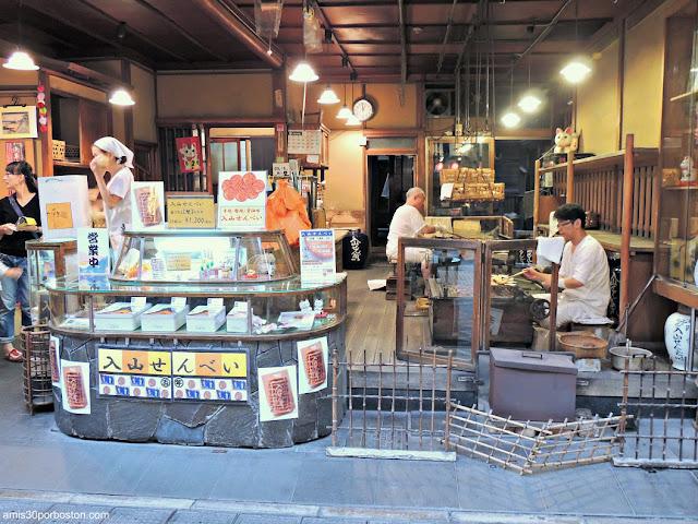Comercio de venta de Senbei en Tokio