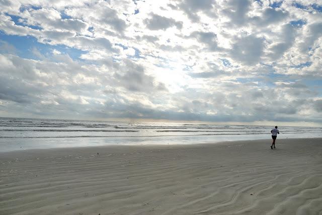 砂浜をジョギングするランナー