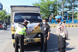 "Imbau Prokes, Satlantas Polres Pelabuhan Makassar Tempel Stiker ""Ayo Pakai Masker"" di Kendaraan"