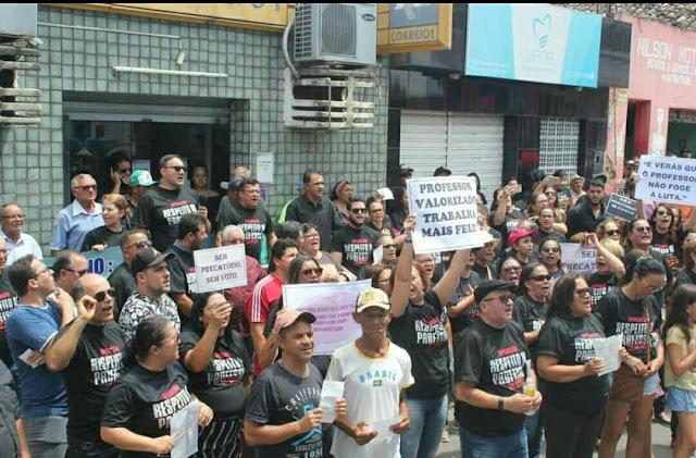 Professores em frente a Prefeitura de Panelas-PE em protesto!