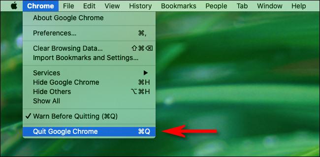"""في جهاز Mac ، انقر على قائمة """"Chrome"""" في شريط القائمة وحدد """"إنهاء Chrome""""."""