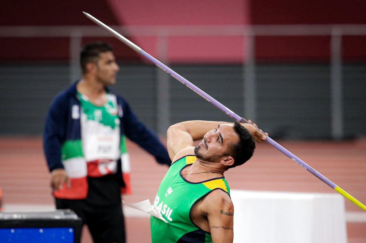 Cicero Nobre com o dardo na mão, em movimento para lançá-lo no estádio de atletismo
