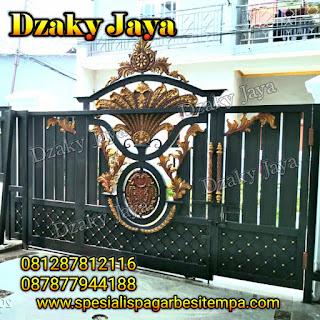 Contoh pintu gerbang besi tempa rumah mewah klasik di Jakarta.