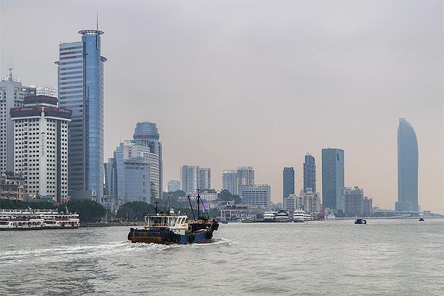 Gratte-ciel dominant le front de mer à Xiamen