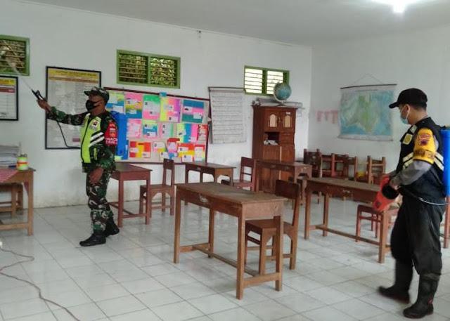 Cegah Penyebaran COVID-19, TNI Polri Bersama Pemdes Kembanglangit Lakukan Penyemprotan Disinfektan