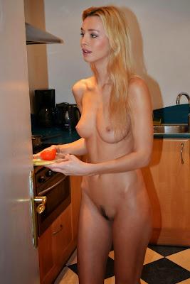 голая домохозяйка на кухне