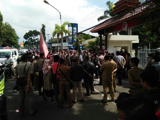 Demo Tolak Perppu Nomor 2 Tahun 2017, Mahasiswa Dipukul dan Ditendang