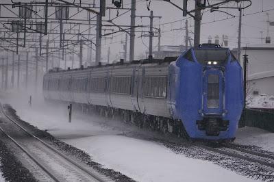 雪の千歳線を走るキハ281系