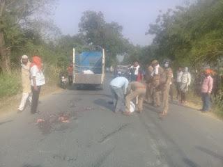 ट्रक को ओवरटेक करने में अनियंत्रित हुए बाइक सवार, दो की दर्दनाक मौत   #NayaSabera