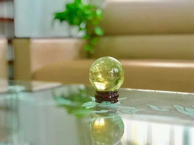 Quả cầu thạch anh trắng đặt ở bàn làm việc giúp sáng suốt và xử lý công việc trôi chảy