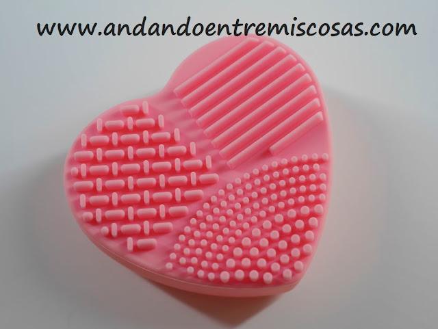 limpiador de brochas con forma de corazón