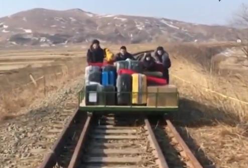 Funcionarios rusos salen de Corea del Norte empujando una dresina con sus maletas