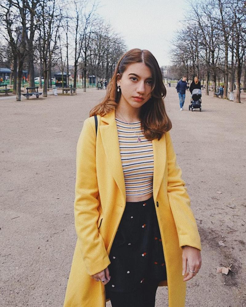 Casandra lee pakai Cardigan kuning cantik dan manis