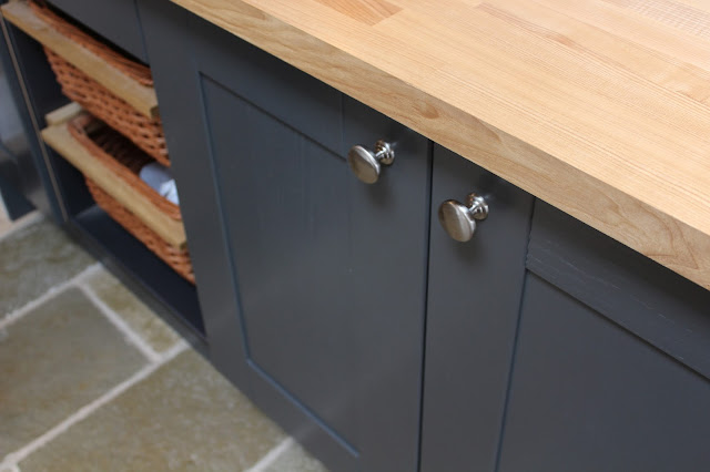 Graphite kitchen with handles