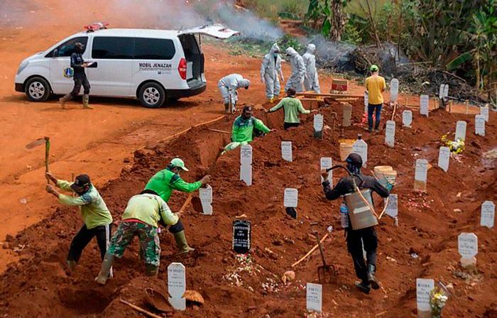 Indonesia obliga a los antimáscara a cavar tumbas de las personas que murieron por Covid-19