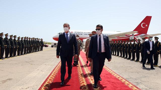 Στη Λιβύη αιφνιδιαστικά ο Ακάρ και ο Α' ΓΕΕΘΑ της Τουρκίας