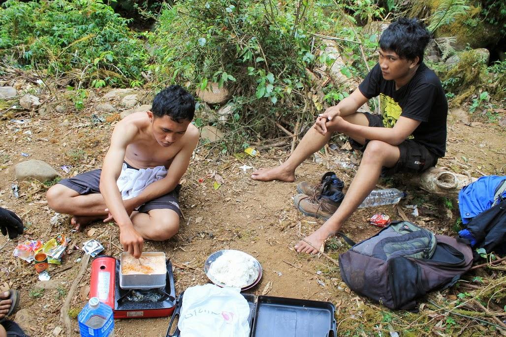 pendaki hilang di lembah ramma cara masak dengan kompor kecil di atas gunung pendakian hiking paling indah dan hebat