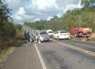 Motorista de carro morre após bater de frente com caminhão na BR-242