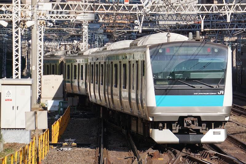 山手線線路を跨ぐ京浜東北線E233系
