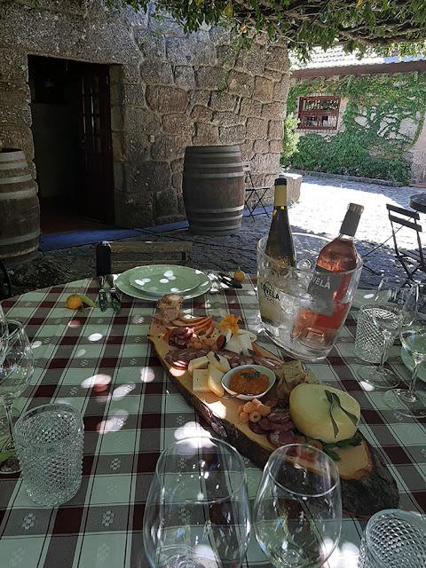 tábuas de produtos regionais e vinhos