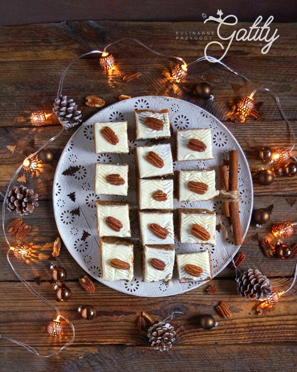 ciasto-z-biala-polewa-i-orzechami